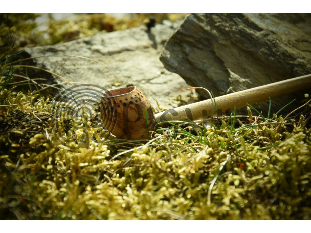 Malá dýmka je ručně vyrobena ze dřeva (dub, buk, habr). Ručně zdobená výpalem - jemným dotworkem. Určená pro kelty, šamanismus a přírodní magii. Vhodná také pro pikty, skoty a raný středověk.