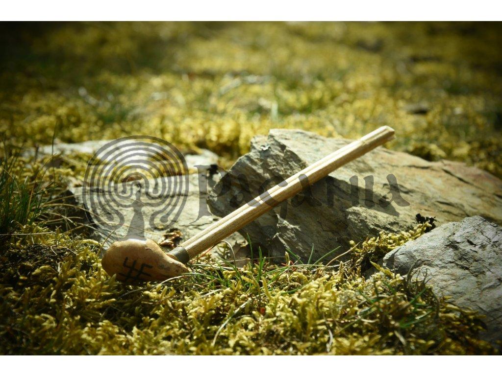 Malá slovanská dýmka je ručně vyrobena ze dřeva (dub, buk, habr). Ručně zdobená výpalem - motivem boha Svaroga. Určená pro slovany, šamanismus a přírodní magii. Vhodná také pro raný středověk.