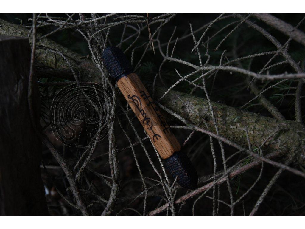 Kubotan pro osobní sebeobranu z dubového dřeva, zdobený ručním výpalem s vikingskými runovými znaky z Islandu. Ošetřeno přírodním olejem. Určeno pro vikingy. Použitelné pro germány.