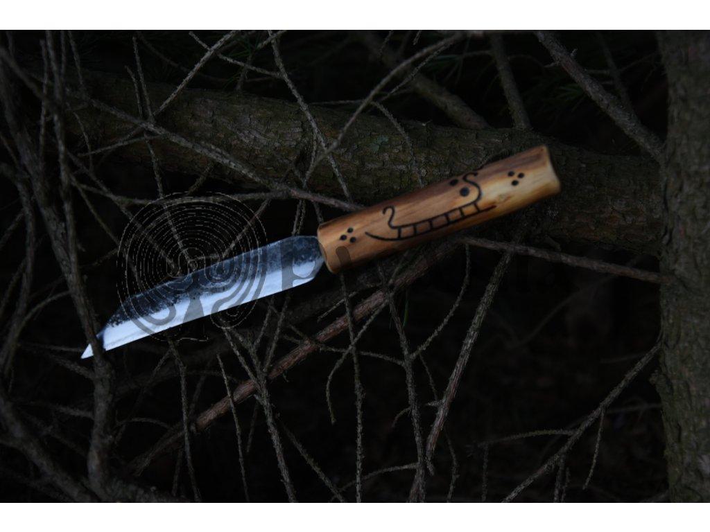 Vikingský sax, ručně kovaný. Rukojeť je ručně zdobena vypalovanými severskými motivy dle dochovaných nálezů z dánského ostrova Bornholm. Určeno pro germány, vikingy a pro období stěhování národů - cca 5-7. stol.