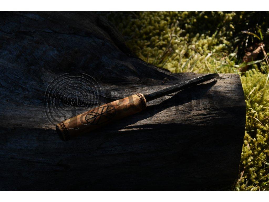 Slovanský nůž, ručně kovaný. Rukojeť je ručně zdobena vypalovaným slovanským motivem stromu života. Určeno pro slovany, kelty a germány a pro období stěhování národů. Použitelné pro období cca 0-9. stol.n.l.