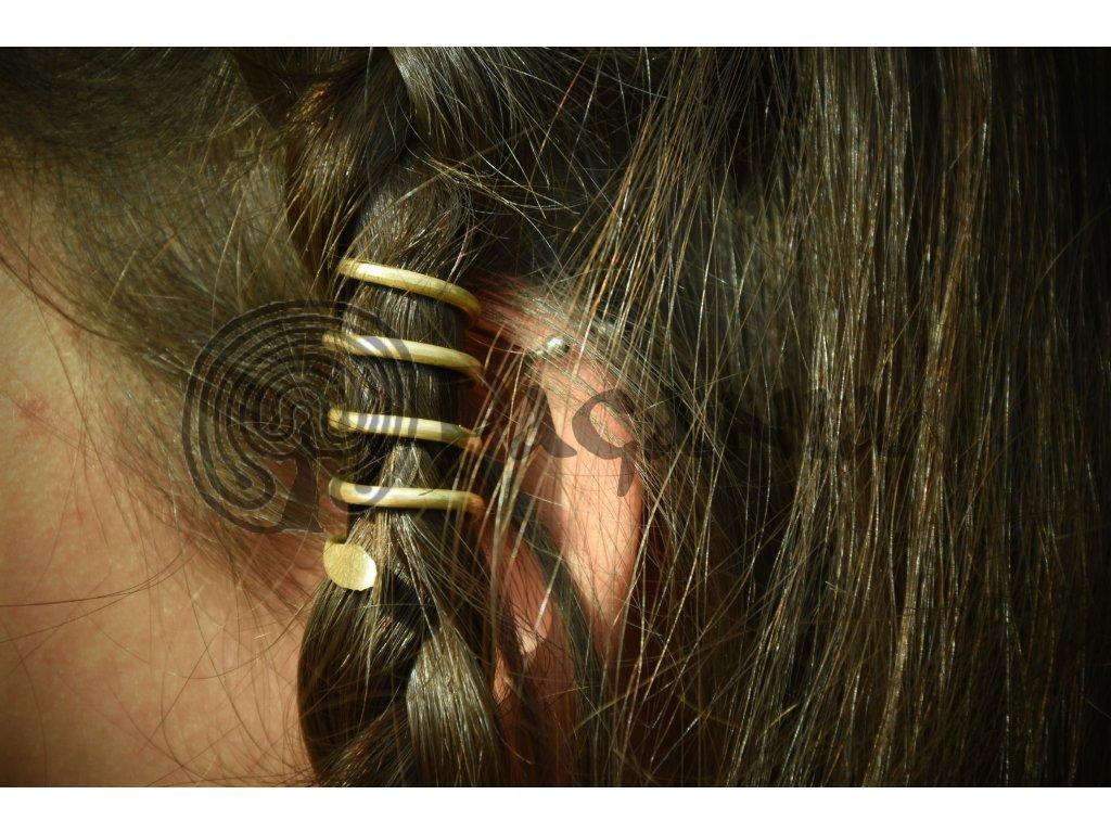 Ženská záušnice, mosazná, ručně vyrobená. Ochranná záušnice je inspirována nálezy z období eneolitu. Určeno pro dobu bronzovou, kelty a Velkou Moravu. Použitelné pro slovany, germány a ranný středověk.