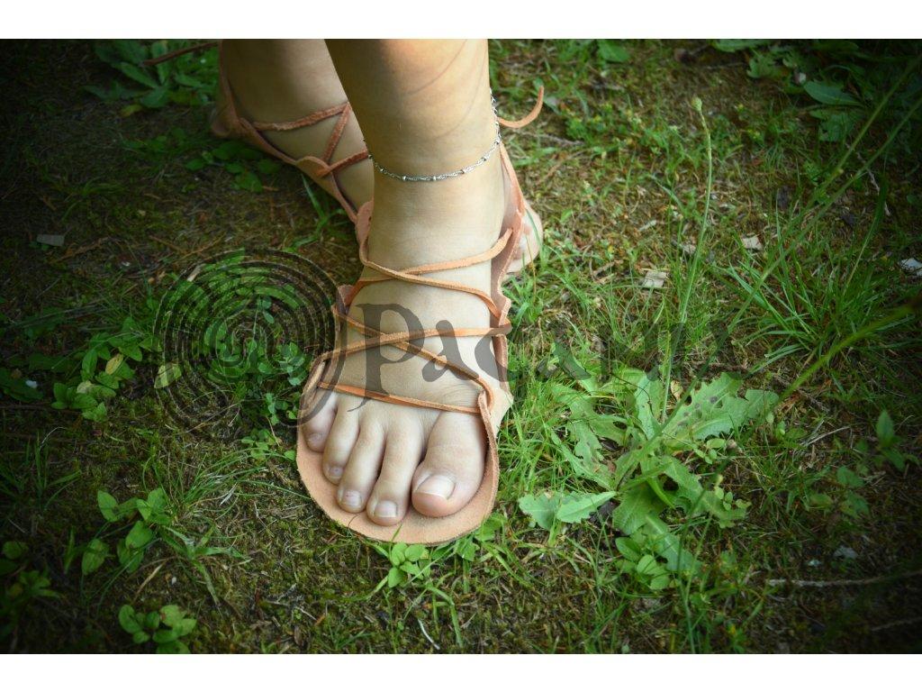 Historické kožené sandály.