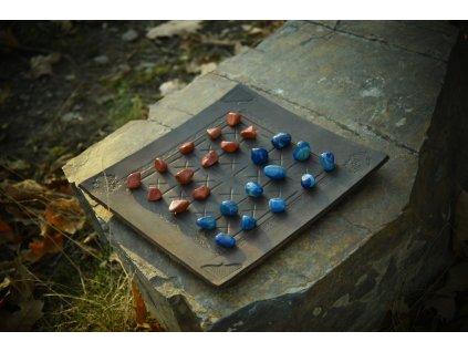 Alquerque středověká desková hra s polodrahokamy.