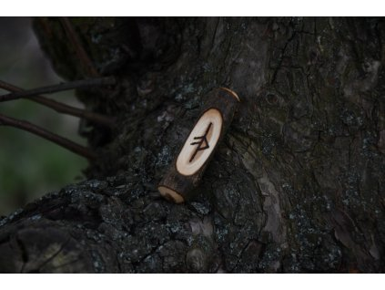 Vikingský amulet ze dřeva mladého dubu zdobený ručním výpalem se symbolem tzv. bind runes - vázaných runových znaků / sigilů. Určeno pro germány a vikingy. Použitelné pro období stěhování národů.  Význam: osobní šarm, charizma a půvab