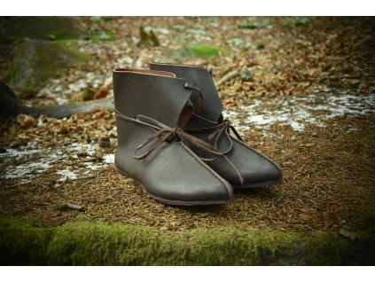 Raně středověké zálesácké středně vysoké boty ručně vyrobené z hovězí kůže. Barva přírodní - tmavohnědá. Určeno pro raný středověk - pro vikingy, germány, anglosasy, kelty a slovany.