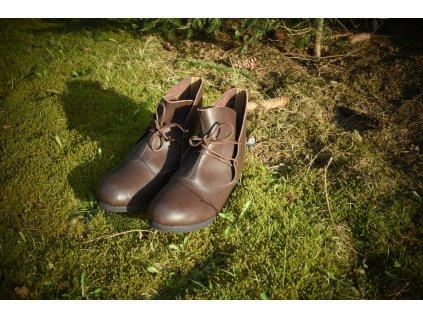 Historické válečnické boty ručně vyrobené z hovězí kůže. Lehké kotníkové boty. Barva přírodní - tmavohnědá. Určeno pro kelty, vikingy, germány a slovany. Použitelné pro celý raný středověk.