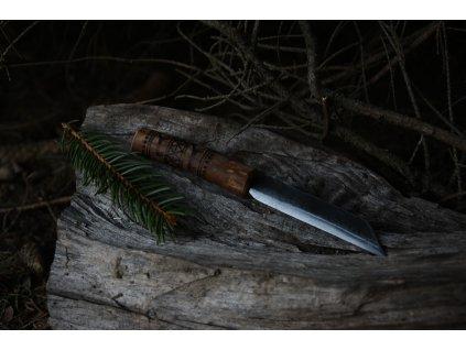 Vikingský sax, ručně kovaný. Rukojeť je ručně zdobena vypalovanými severskými motivy dle dochovaných nálezů z oblasti Švédska. Určeno pro germány, vikingy a pro období stěhování národů.