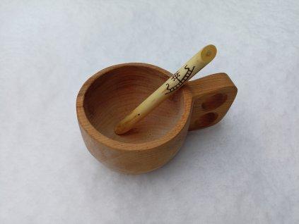 Vikingská míchací lžička ručně zhotovená ze dřeva mladé jabloně. Zdobená ručním výpalem s motivy sluncí. Ideální do osobní kuksy. Určeno pro vikingy a germány. Použitelné kelty a slo