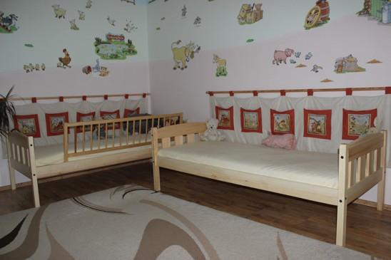Dvě jednolůžka s širokými výplněmi a obloučky do dětského pokoje