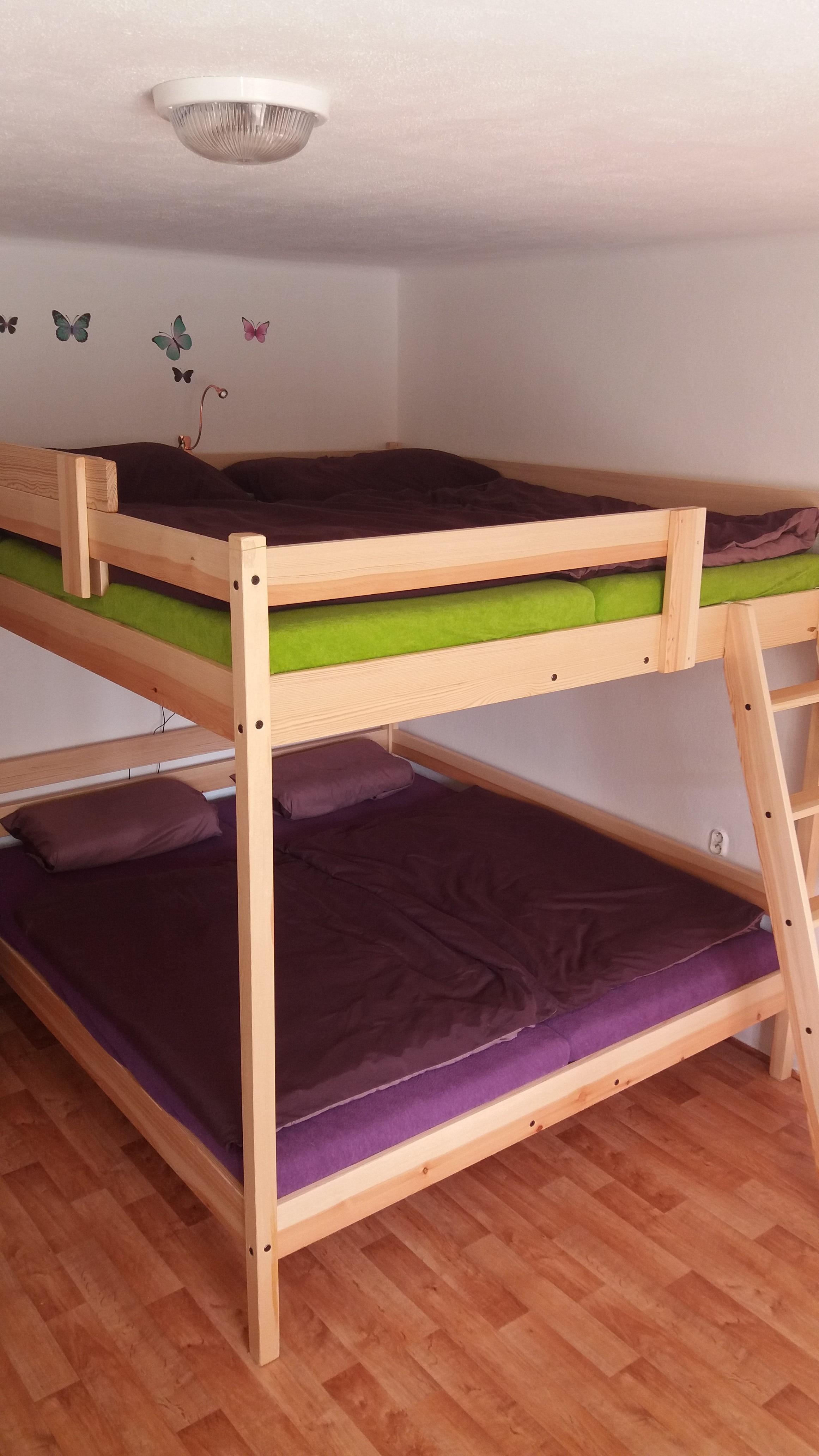 Patrová postel pro čtyři se schody