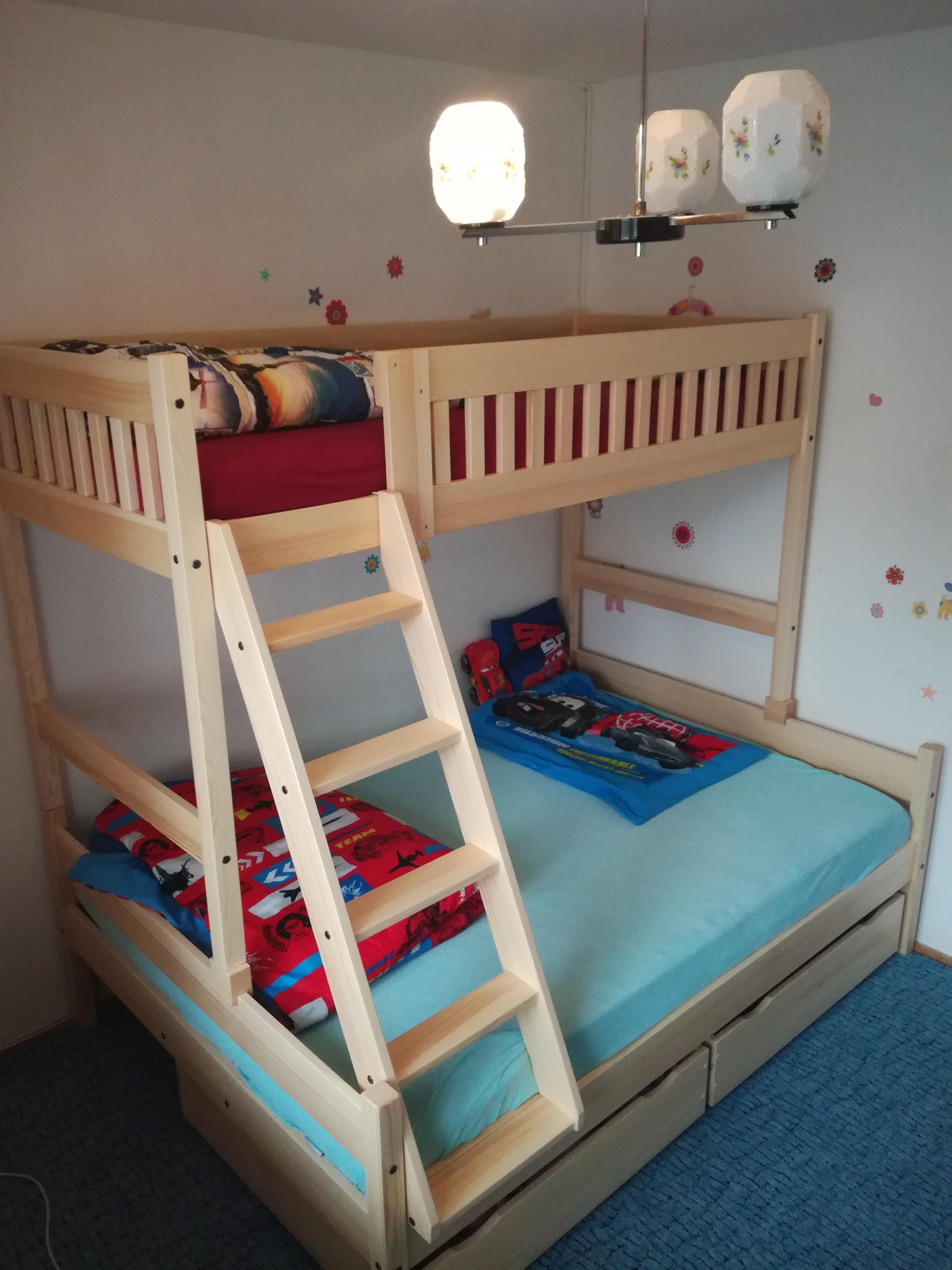 patrová postel s rozšířeným dvoulůžkem v šíři 140 cm