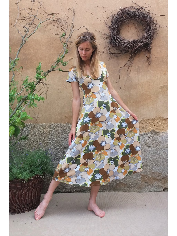Úpletové delší šaty - hnědé květy