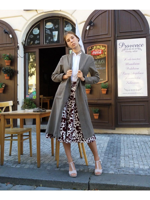 Béžový kabát s puntíkem