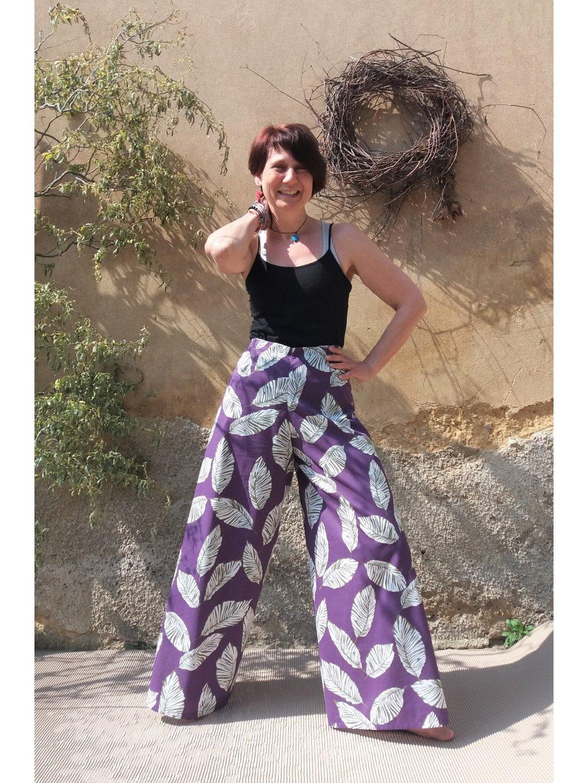 Fialové zavinovací kalhoty s listy