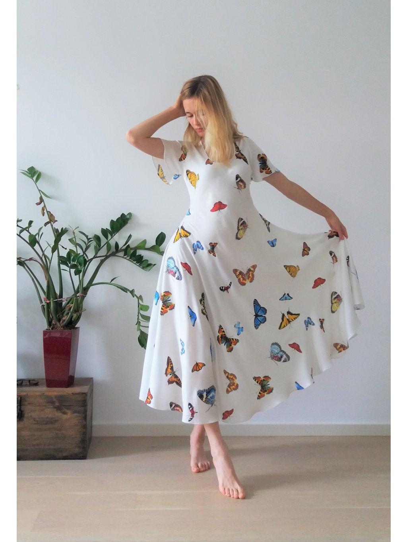 Delší šaty motýlí