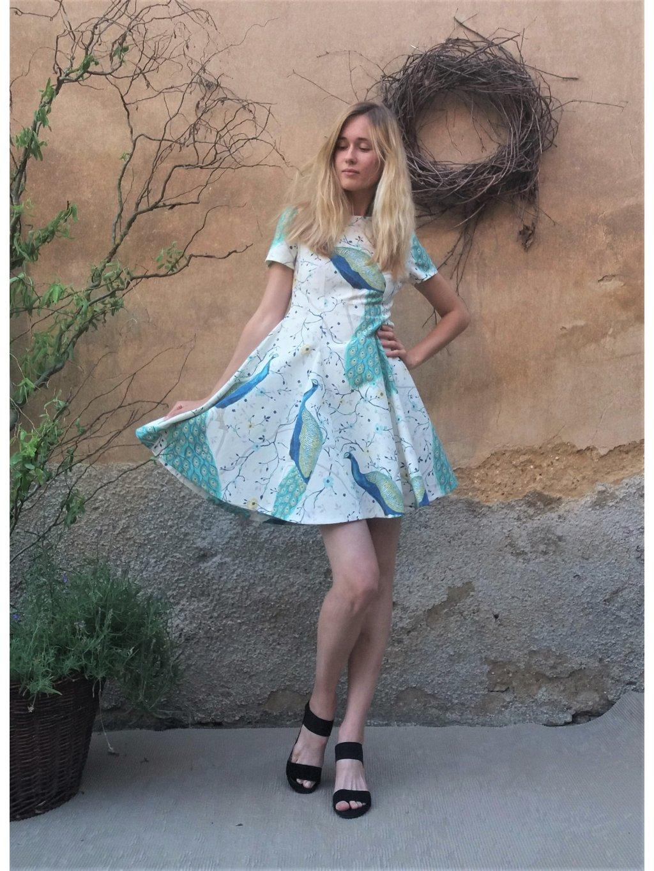Krátké šaty paví