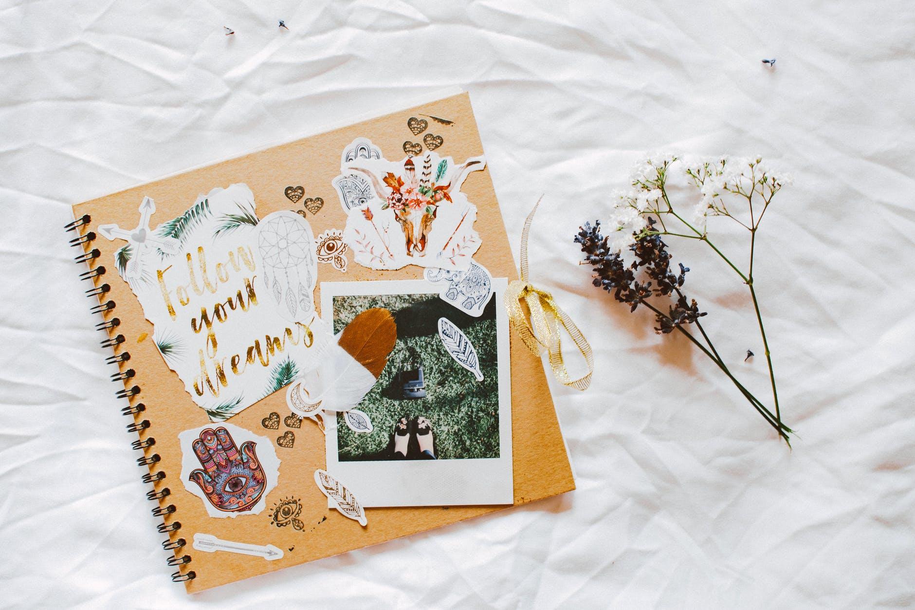 Vyrobte si scrapbookové album jako vzpomínku na zážitky z cest