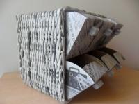 Experiment s krabičkami, zásobník na tužky opletený papírovými ruličkami s čerobílým potiskem