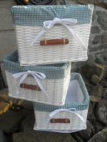 Bílé koše pletené z novinově bílých ruliček, na závěr stříkané barvou, lakované. Uvnitř látková košilka s kostkatým vzorek, objednávka komoda koupelna