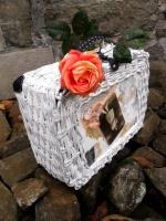 Nostalgický kufřík pletený z papírových ruliček
