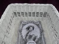Sněhově bílý úložný košík s jemným vzorkem, pletený z papíru.