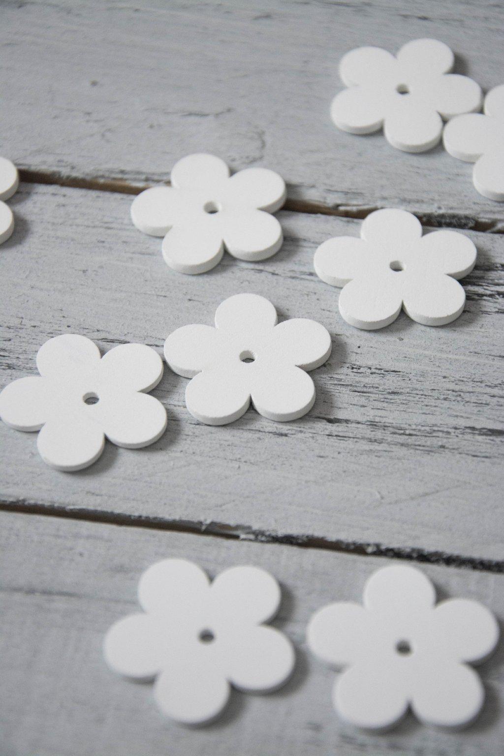 Dřevěná kytička bílá