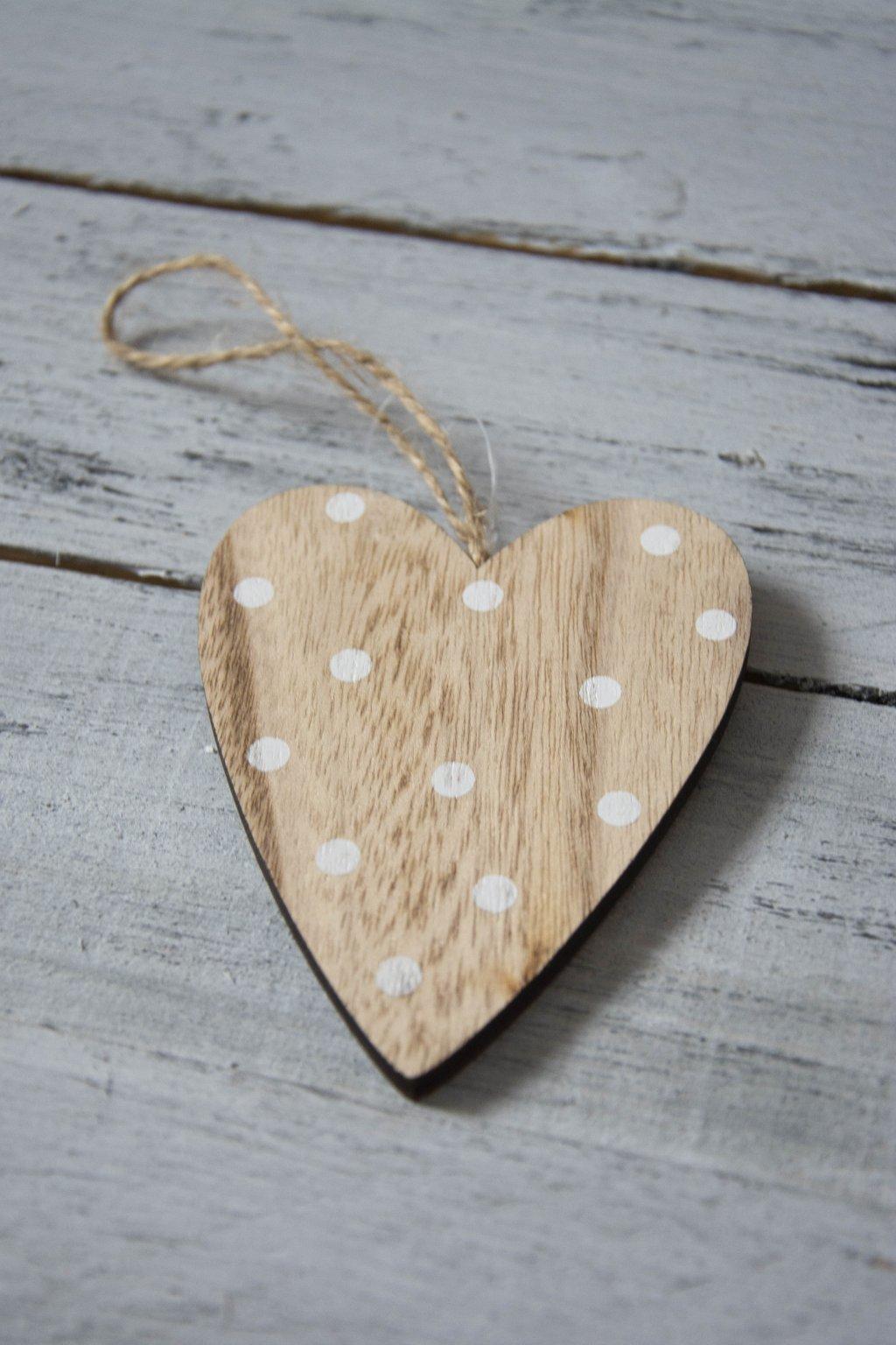 Dřevěné srdce s puntíky