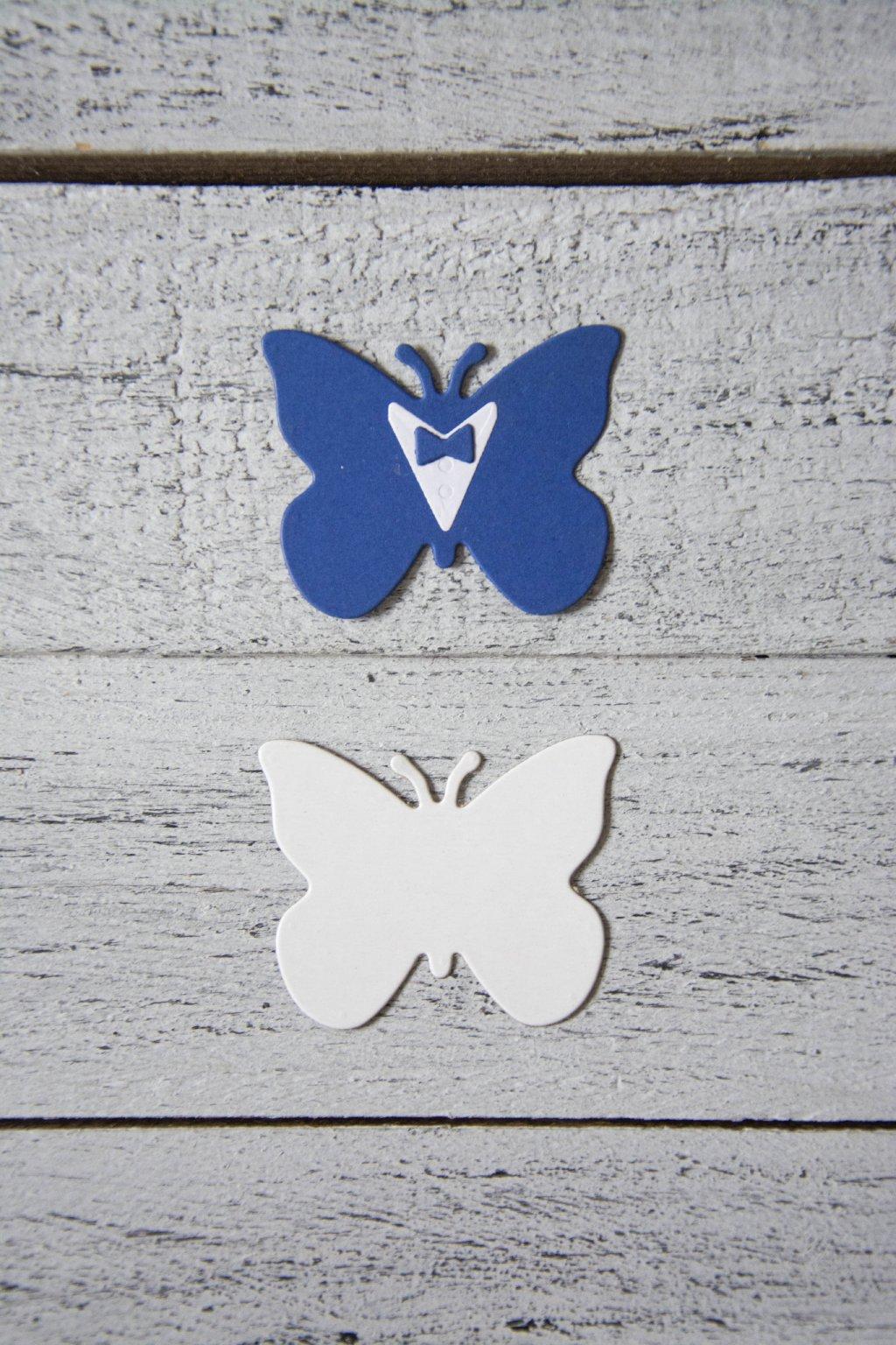 Papírové výlisky ve tvaru motýlků - ženicha a nevěsty.