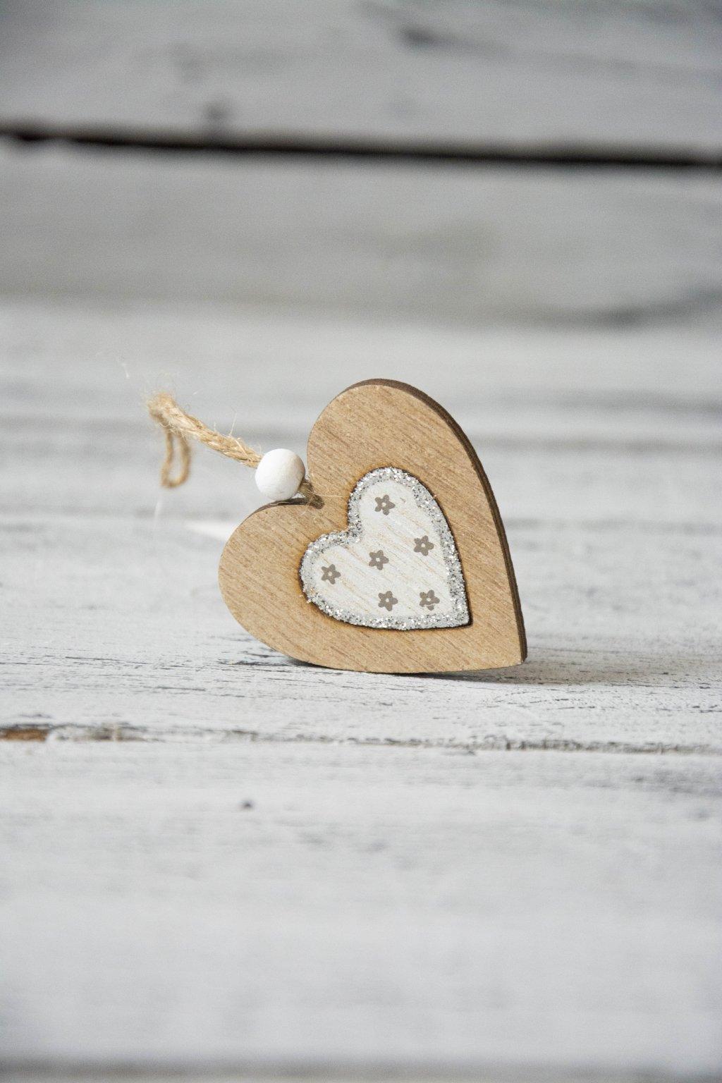Dřevěné závěsné srdce