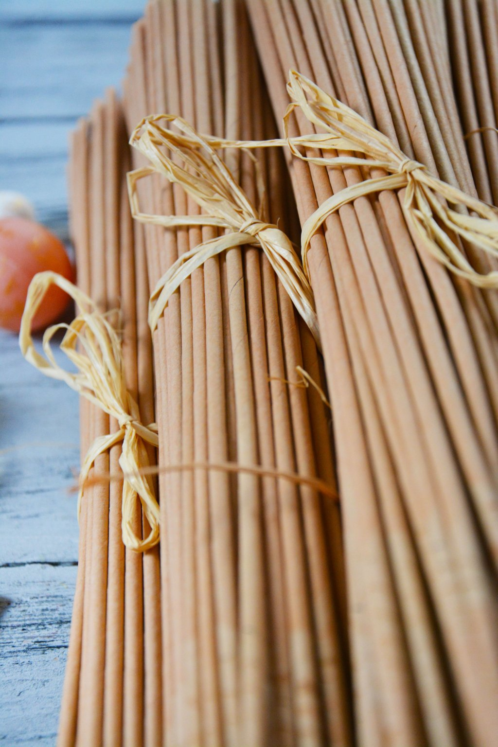 papírové ruličky v medové barvě