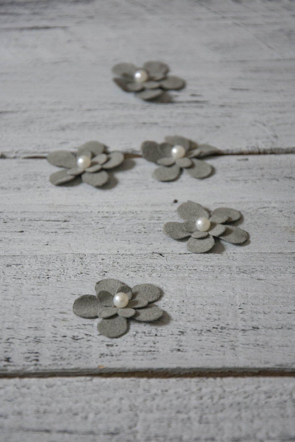 Velurová - umělá kůže - šedá květinka o průměru cca 4 cm.  Cena za 5 ks.