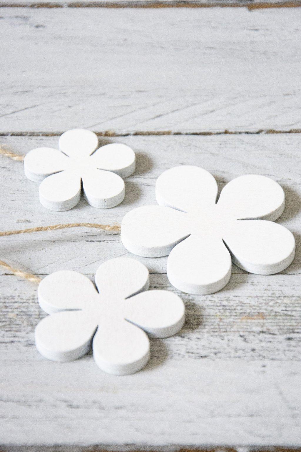 Dekorační dřevěné kytičky v bílé barvě