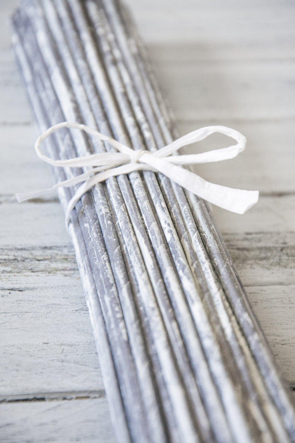 Ruličky jsou barvené mořidlem Chevas - holubí šeď a napatinovány vodouředitelnou barvou Latex, proto ruličky nepoužívejte na pletení výrobků, které přijdou do styku s potravinami.