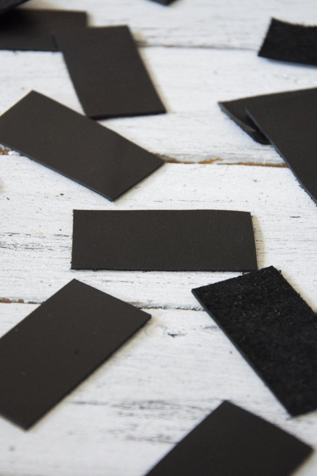 Černé kožené obdélníčky pro vaši další tvorbu.  Na ozdobu pletených košů nebo jako kožené cedulky na které si můžete namalovat obrázek.