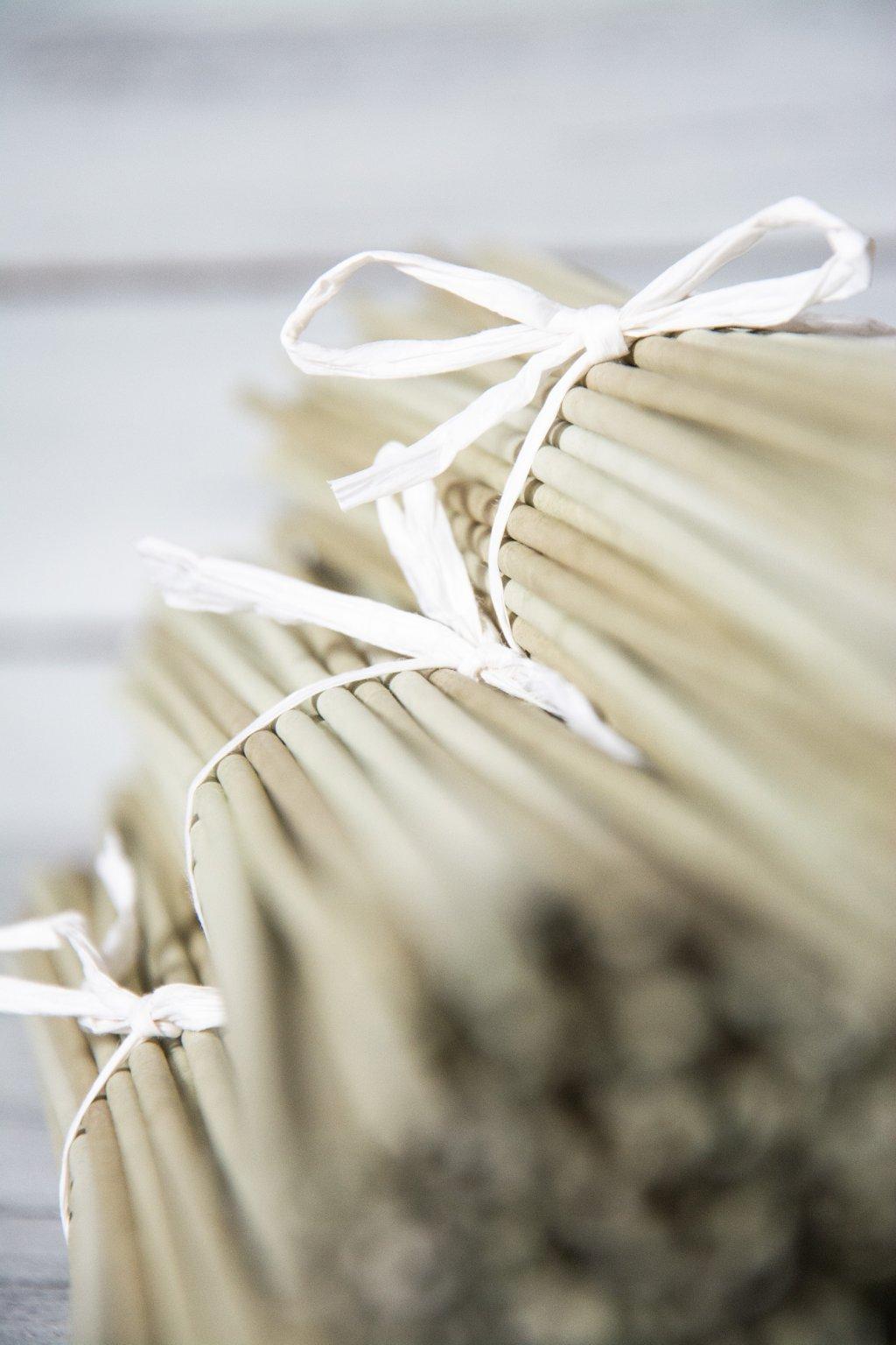 Papírové ruličky na pletení v odstínech barvy oliva.  Délka 47 cm, drát 1,6 mm, pruh 15 cm, barva Duha oliva  Baleno po 100 ks