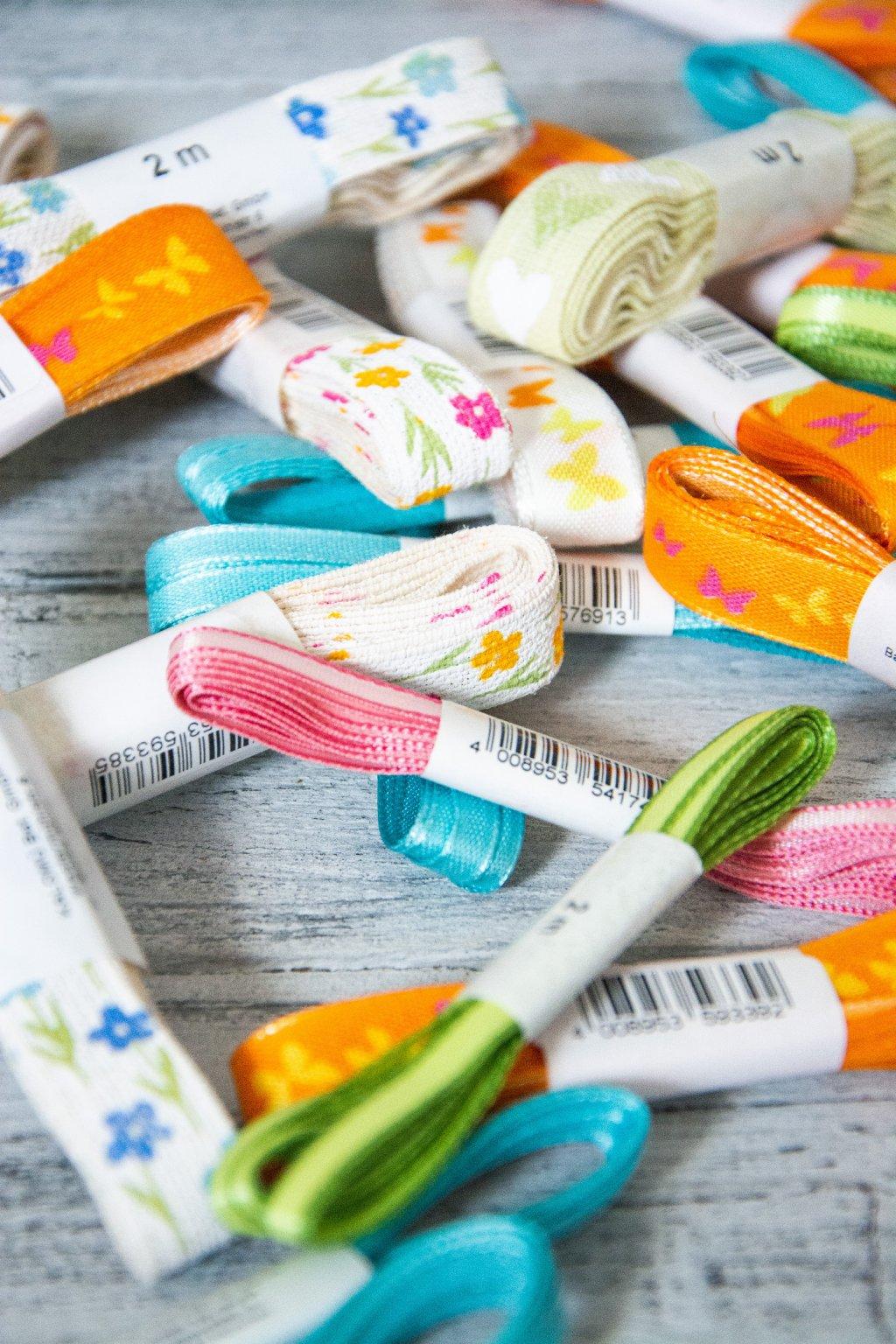 Látkové stuhy, mašle papírové pletení