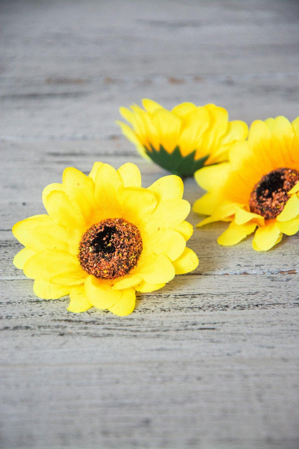 Květ slunečnice.  Průměr 7,5 cm.