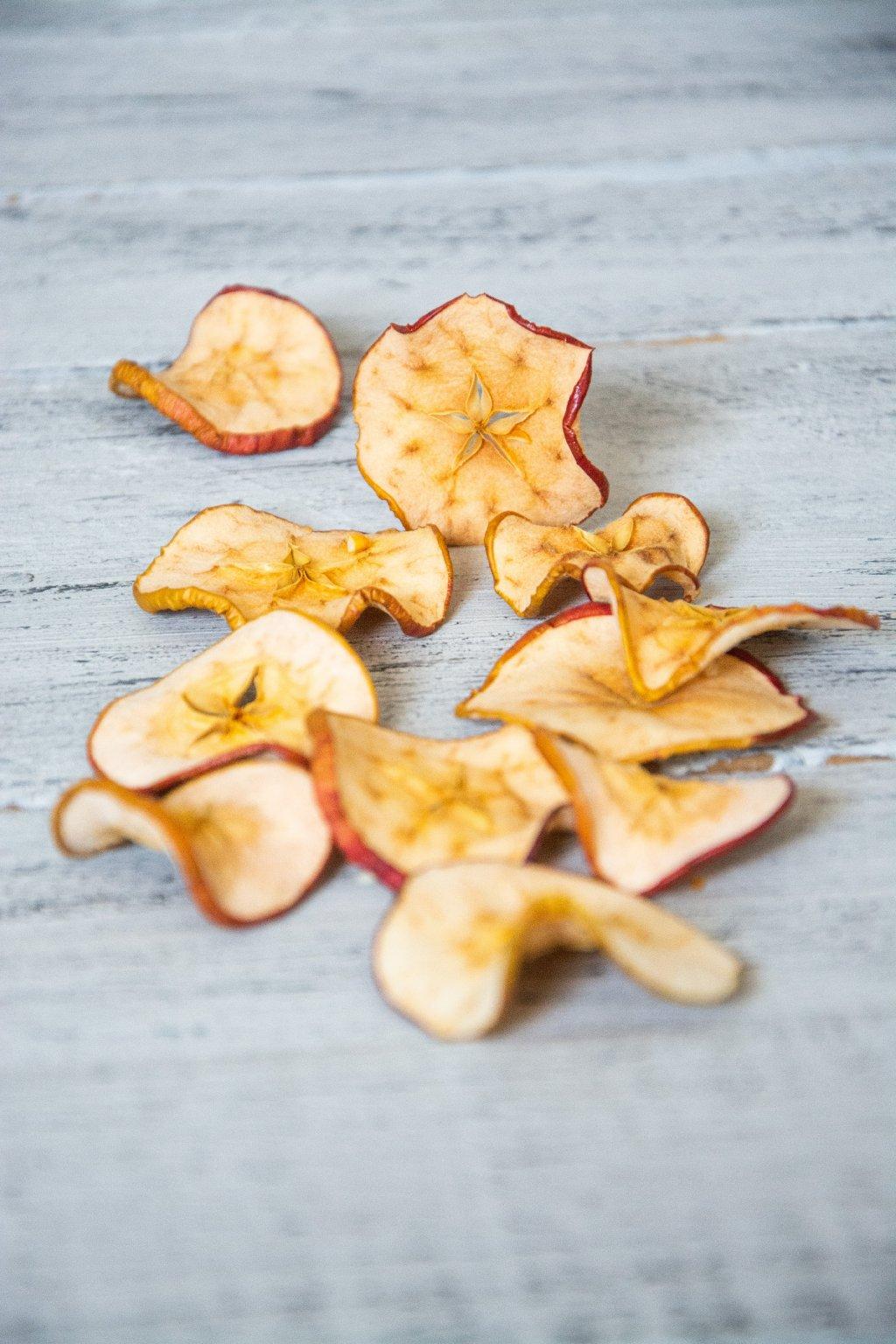 Sušené plátky jablíček vhodné do podzimních a vánočních aranžmá.  10 ks, průměr 2,5 - 3 cm