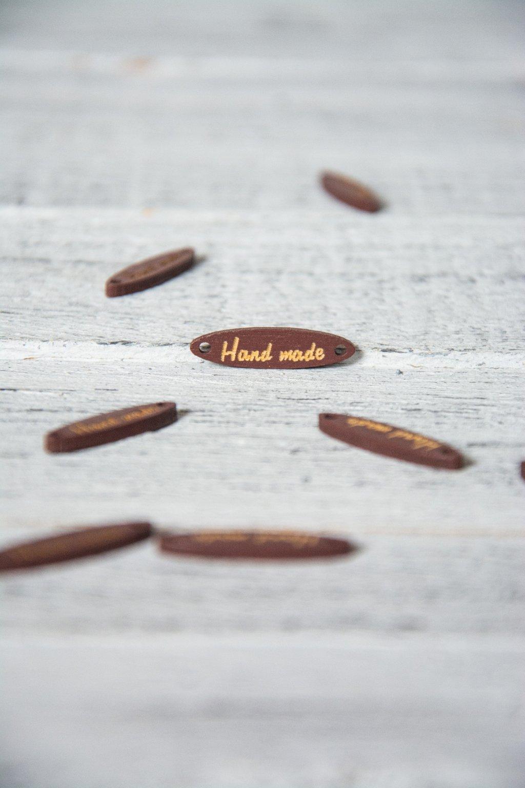 Tmavě hnědá dřevěná cedulka Hand made