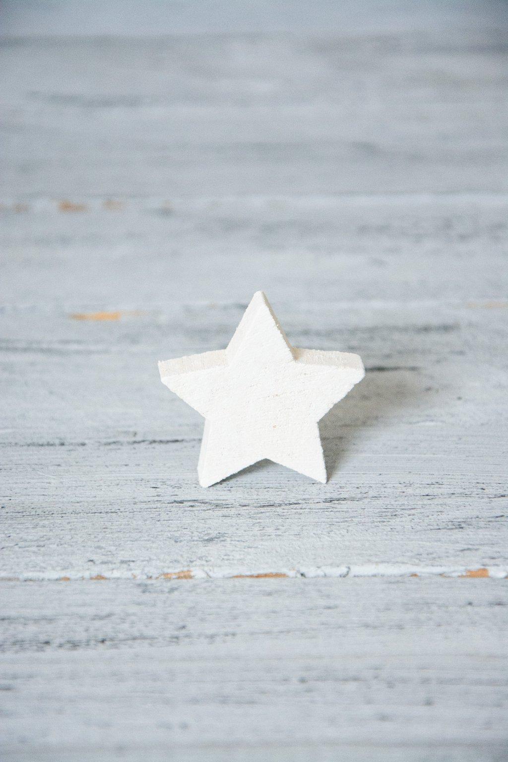 Dřevěná hvězdička.  Rozměr 5 cm x tl. 1 cm