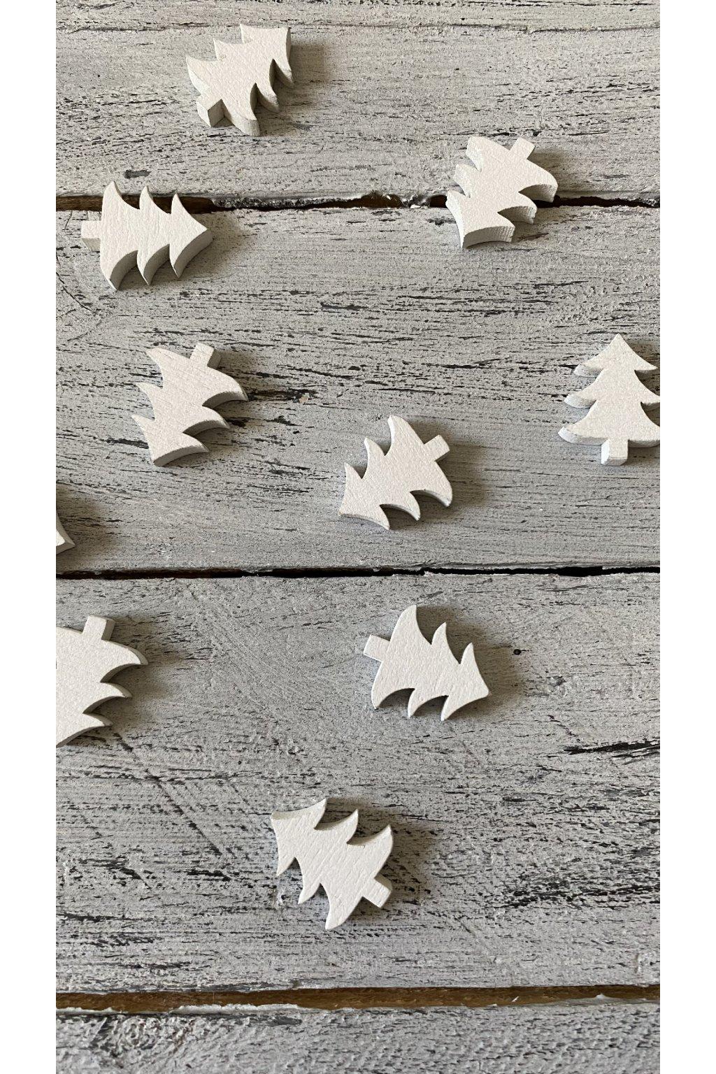 Bílý dřevěný stromeček.  Rozměr 2 x 2 cm