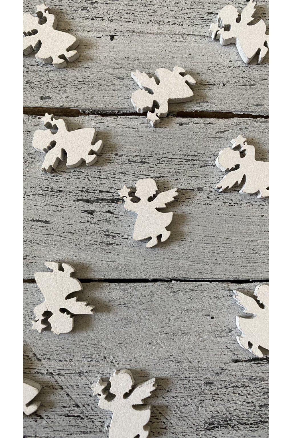 Bílý dřevěný andílek.  Rozměr 3 x 2,5 cm