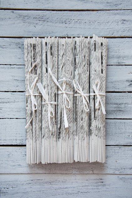 Černobílé papírové ruličky na pletení košíků a dekorací.