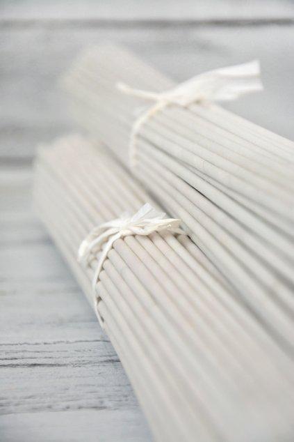 Stáčený pruhnovinového papíru š.14 cm, průměr výsledné ruličky 4 mm, stáčenona drátu o síle 1,6 mm, délka 51 cm.