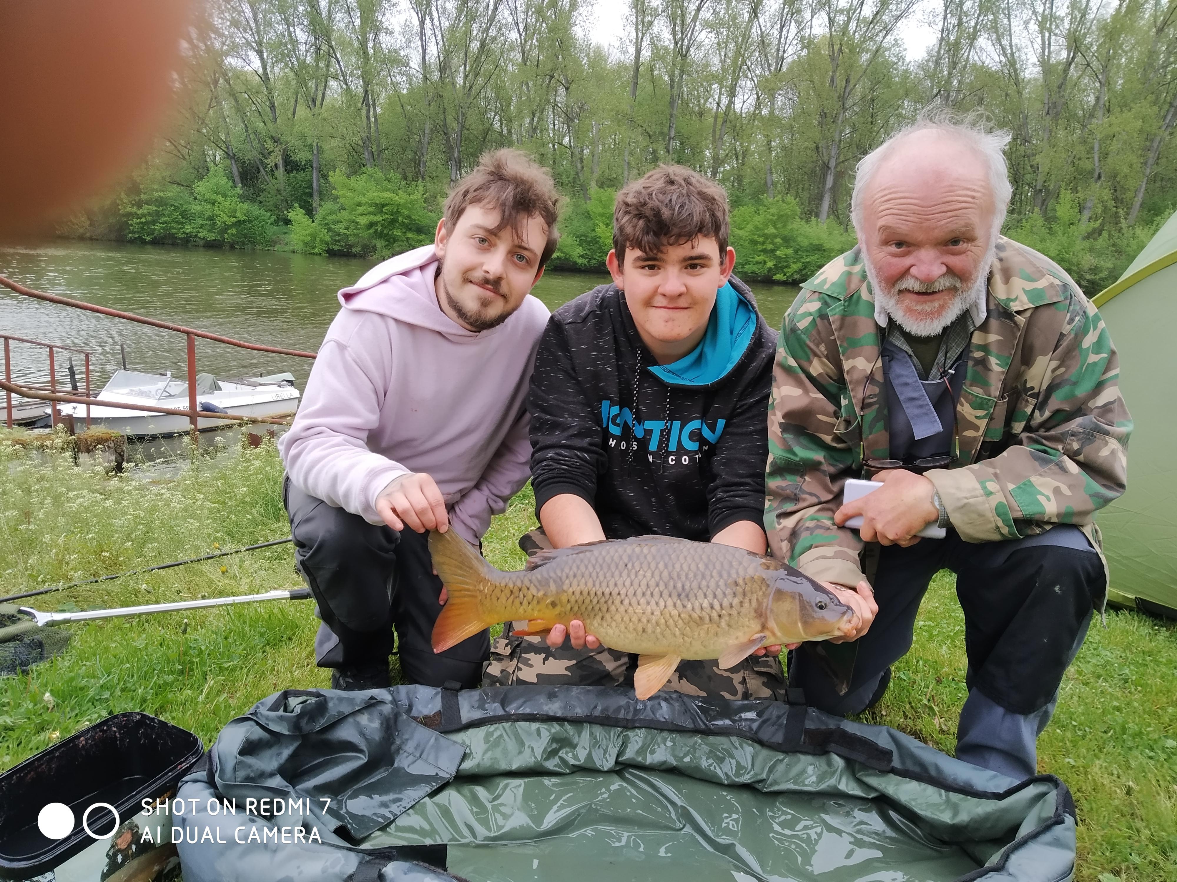 Děda a vnuci na rybách