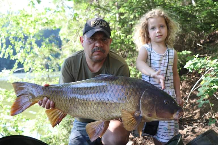Děda vzal vnučku na ryby