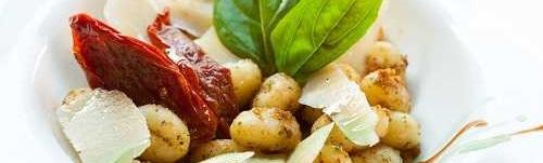 Gnocchi s pancettou, sušenými rajčaty a parmezánem