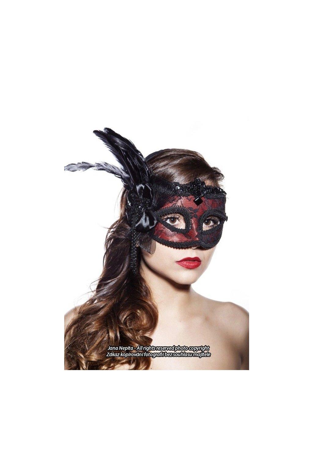 Červená maska s krajkou