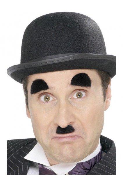 Chaplinův knírek a obočí